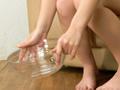 スク水ずらしておしっこ採尿1